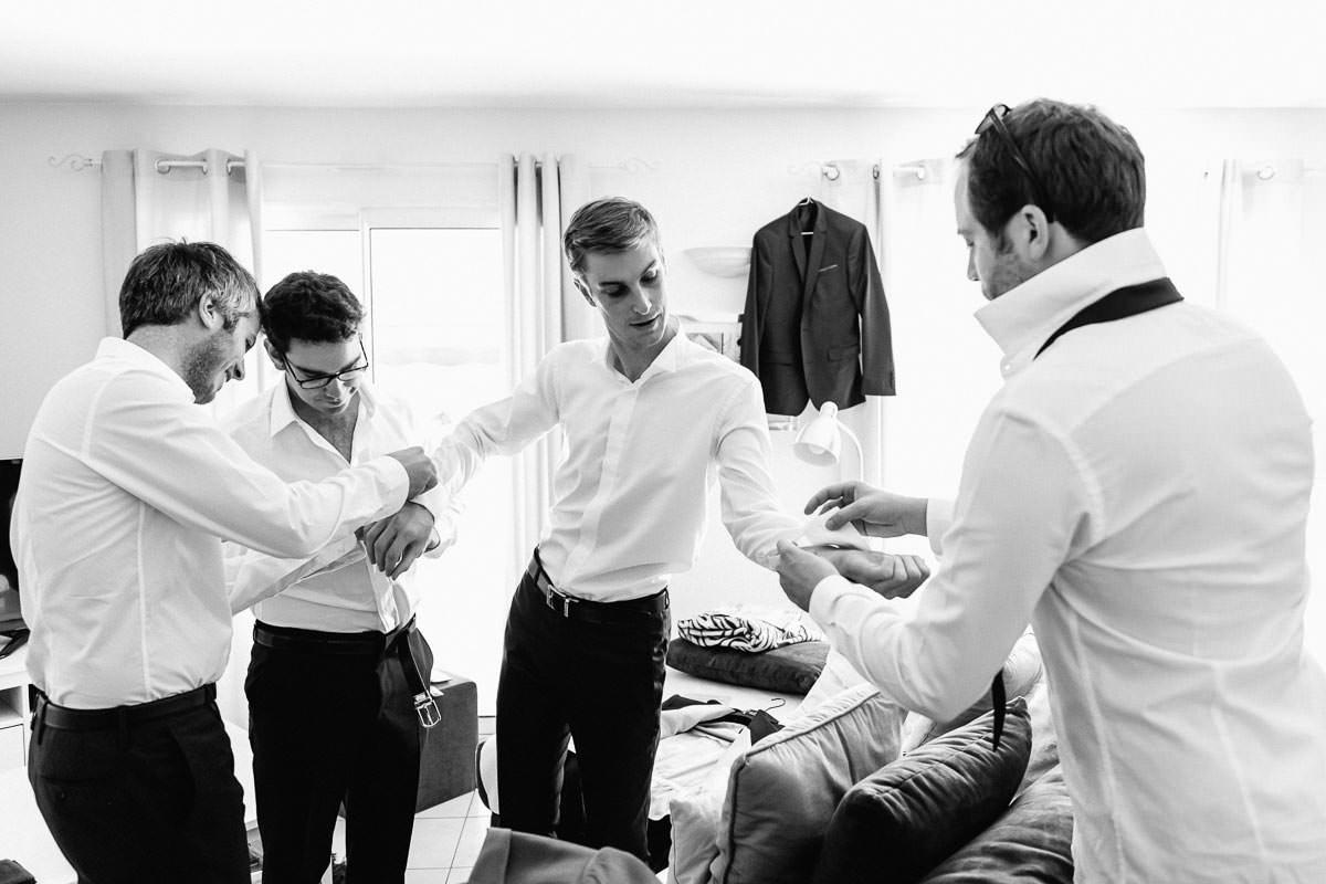 Jeremy Fiori photo de mariage préparatif marié solidarité aide à l'habillage bouton de manchette