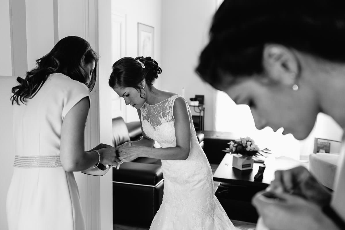 chaussures de mariée mariage préparatifs getting ready robe dentelle blanche Jeremy Fiori