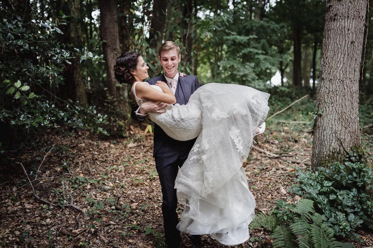 Portrait de mariés couple humour complicité forêt domaine de Pignerolle Jérémy Fiori photo