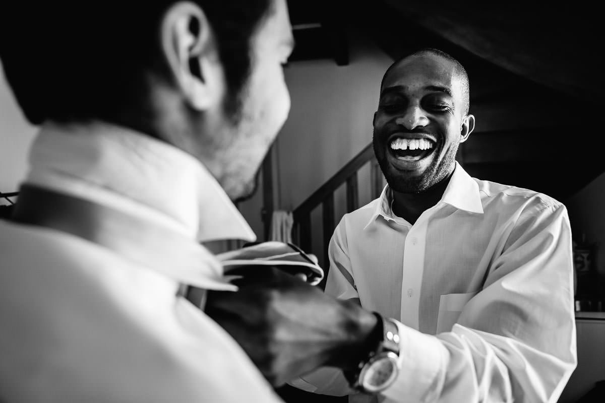 Getting ready with the best man before the ceremony by Jeremy Fiori french wedding photographer