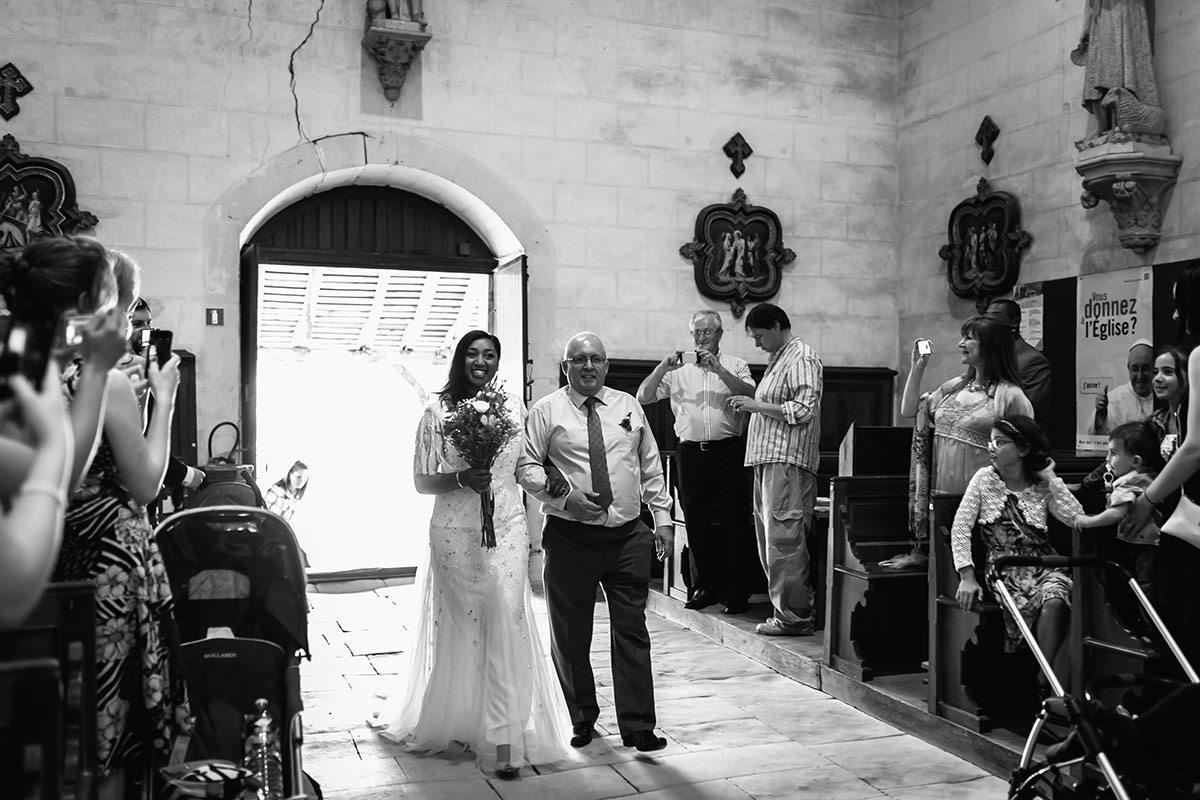 Entrée de la mariée à l'église de Gennes - © Jeremy Fiori