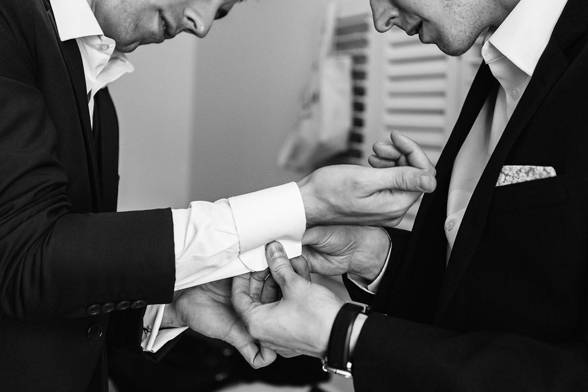 Habillage du marié © Jérémy Fiori photographe angers