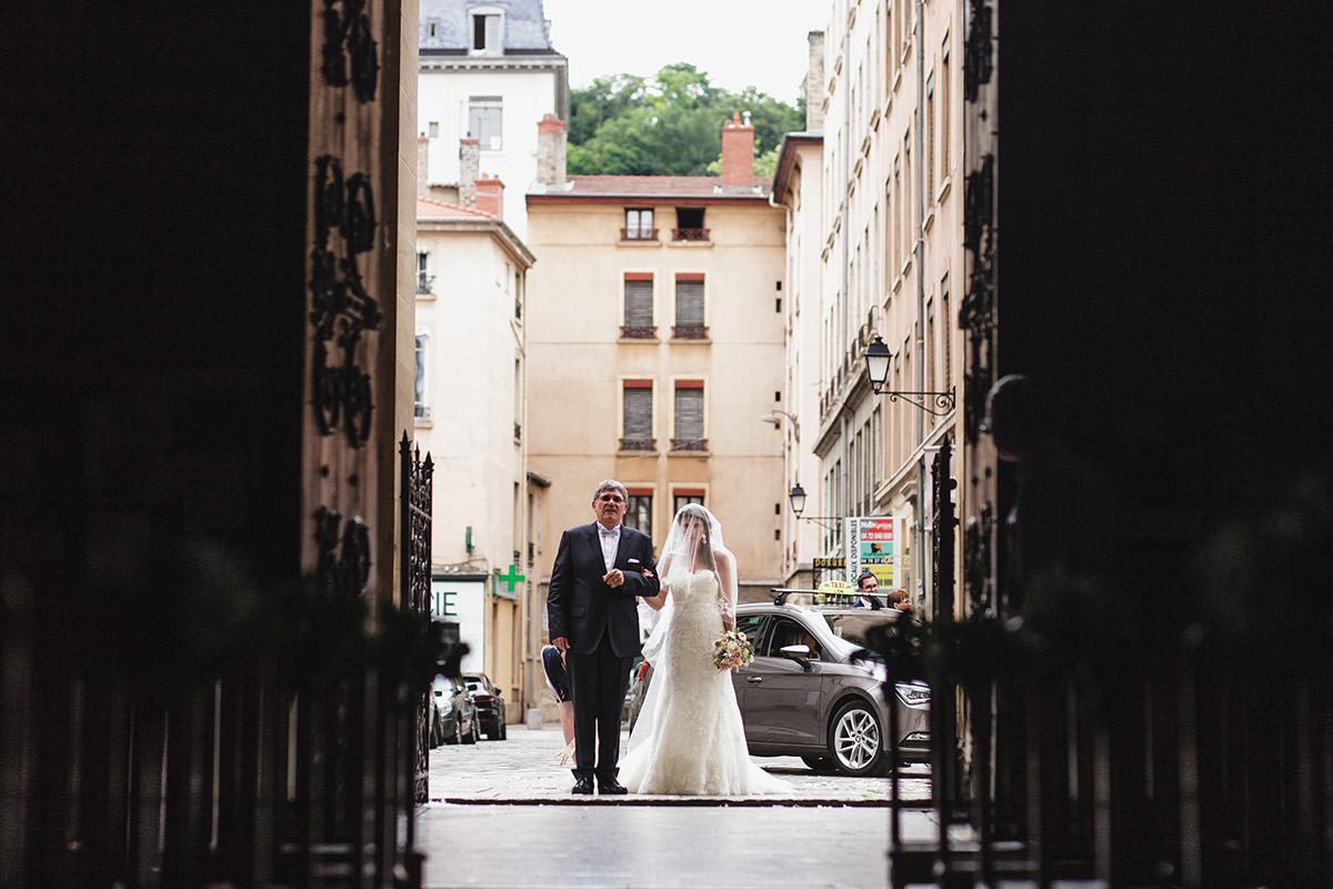 Entrée de la mariée Paroisse Catholique Saint Martin d'Ainay © Jérémy Fiori photographe angers