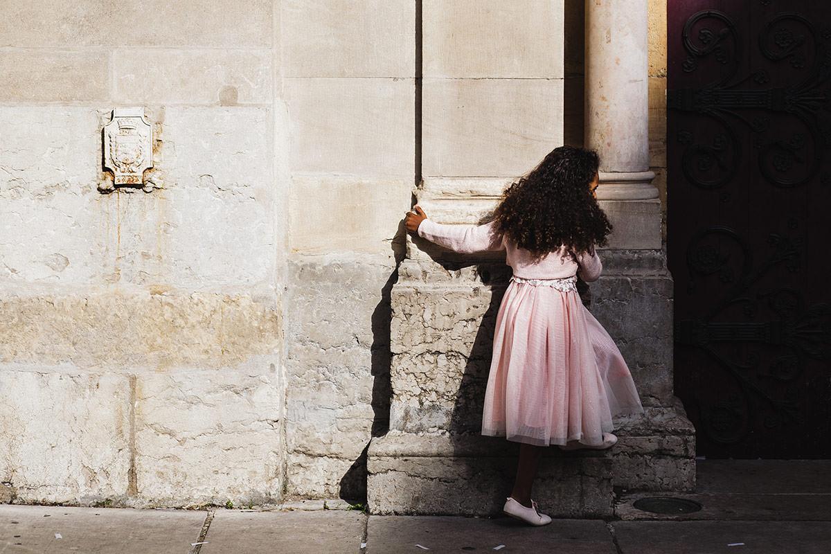 Enfant devant la Paroisse Catholique Saint Martin d'Ainay © Jérémy Fiori photographe angers