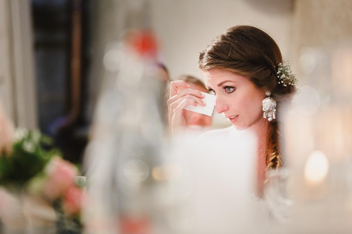 Moment d'émotion pour la mariée au château de chassagny © Jérémy Fiori photographe angers