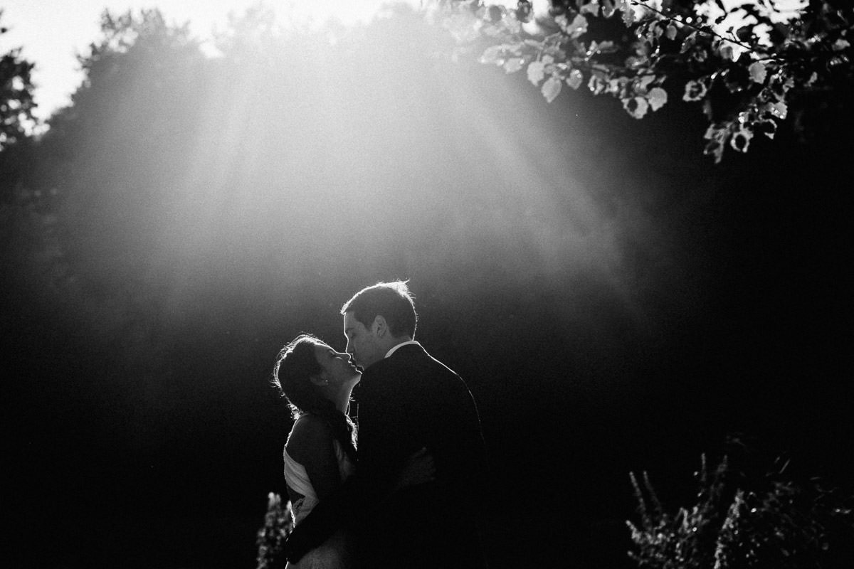 couple mariage photography black and white bride groom sunlight manoir de la jahotière jeremy fiori wedding photographer