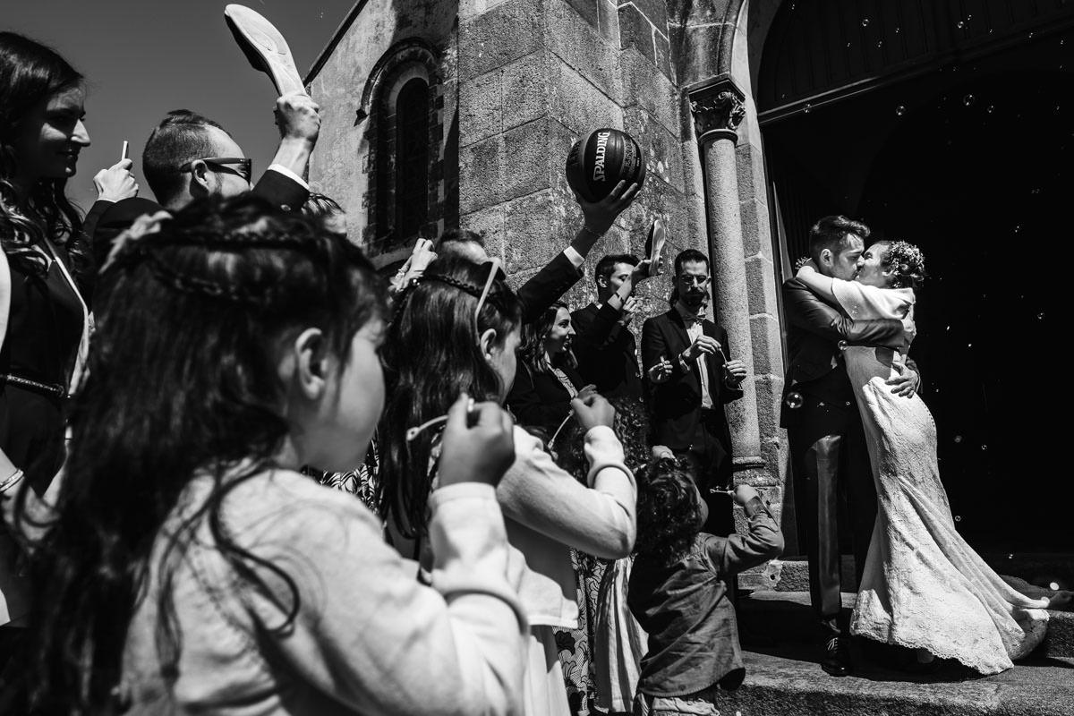 Sortie église mariage Jérémy Fiori photographe Angers