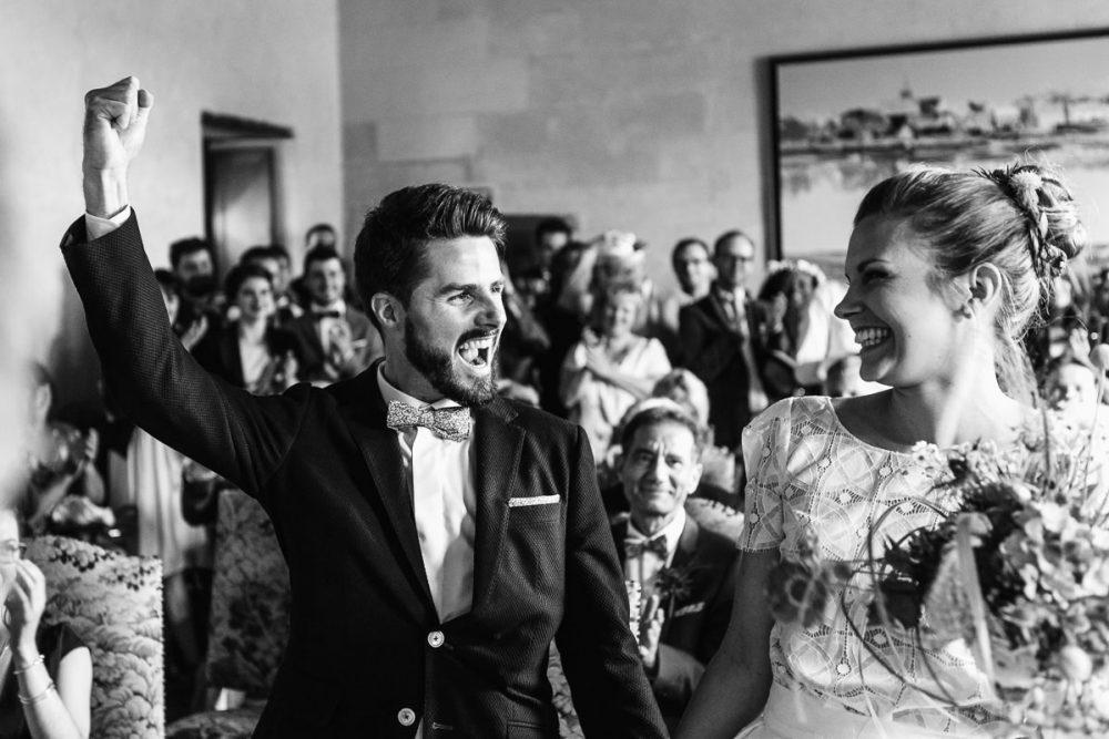 Joie des mariés à la mairie de Bouchemaine - © Jérémy Fiori photographe documentaire de mariage