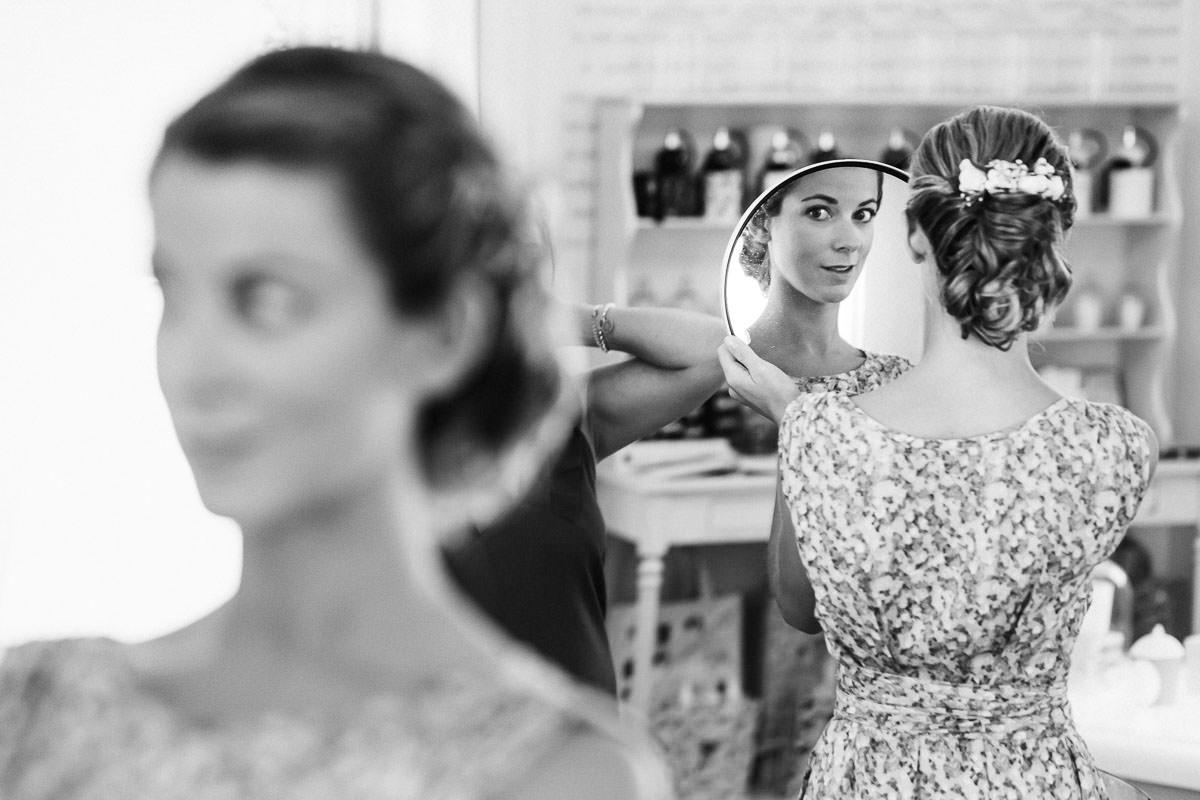 Préparatifs de la mariée à la petite baignoire à Nantes - Photo : Jérémy Fiori photographe de mariage à Angers