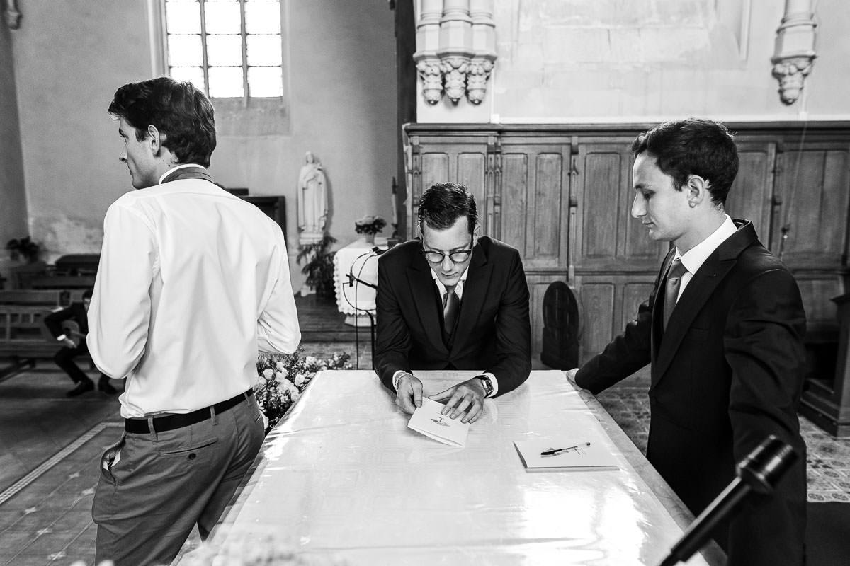 Moment d'attente dans l'église des Sorinières pour le marié et ses témoins - Photo : Jérémy Fiori photographe de mariage à Angers