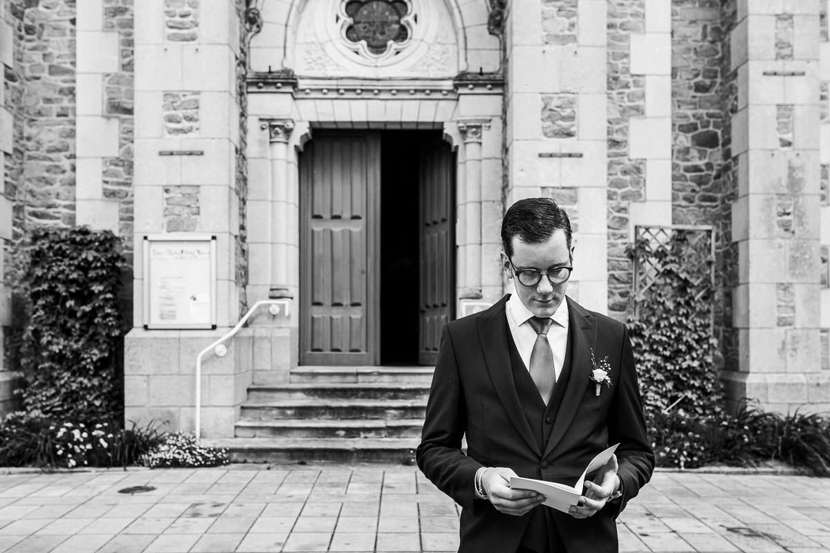 Le témoin relit son texte dans l'église des Sorinières - Photo : Jérémy Fiori photographe de mariage à Angers