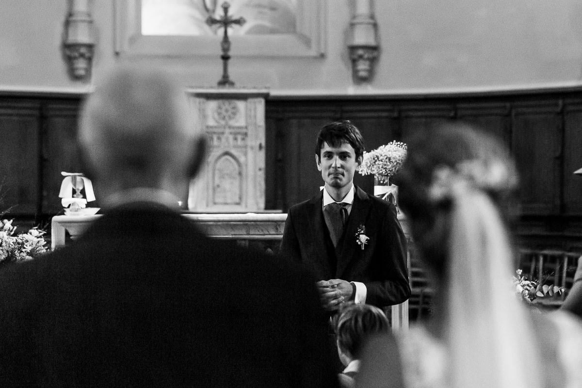 Entrée de la mariée dans l'église des Sorinières - Photo : Jérémy Fiori photographe de mariage à Angers