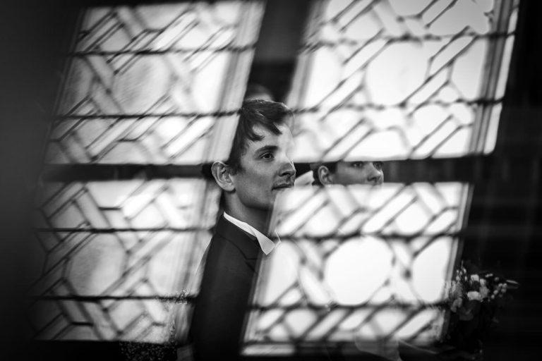 Les mariés écoutent le prêtre lors de leur cérémonie religieuse en l'église des Sorinières - Photo : Jérémy Fiori photographe de mariage à Angers