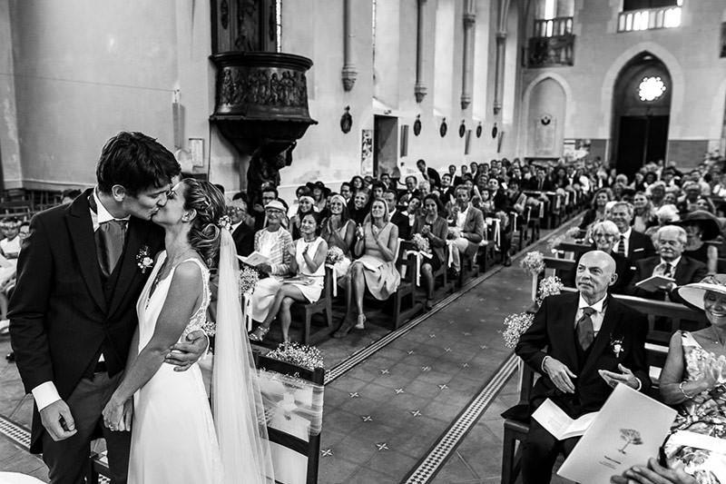 Les mariés se sont dit oui et s'embrassent dans l'église des Sorinières - Photo : Jérémy Fiori photographe de mariage à Angers