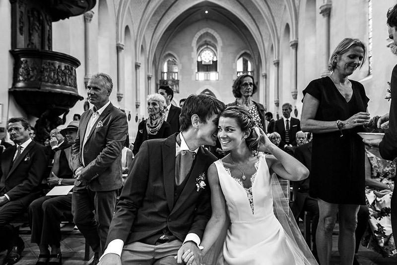 Moment intime lors de la cérémonie religieux en l'église des Sorinières - Photo : Jérémy Fiori photographe de mariage à Angers
