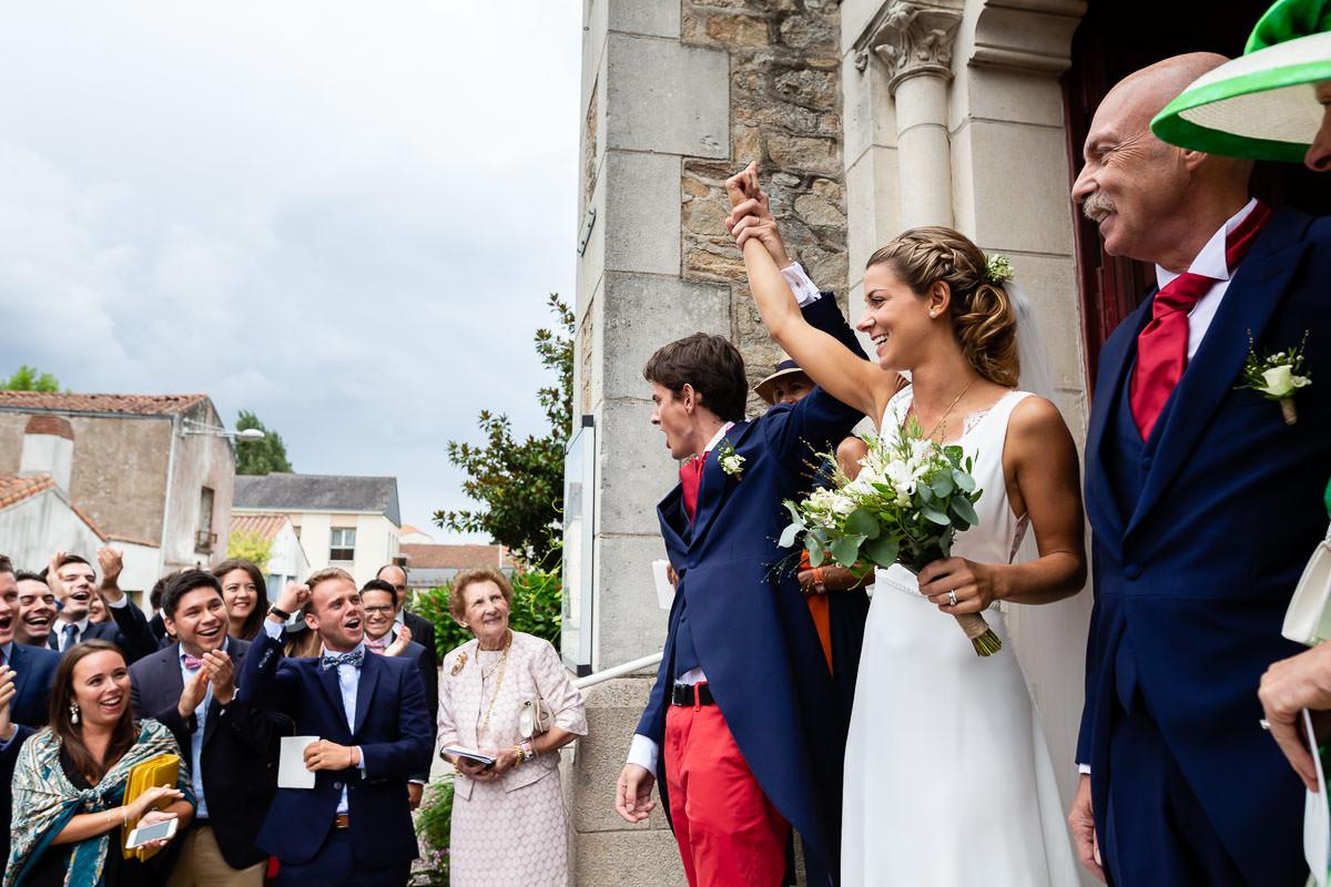 Sortie de l'église des Sorinières près de Nantes pour les mariés - Photo : Jérémy Fiori photographe de mariage à Angers