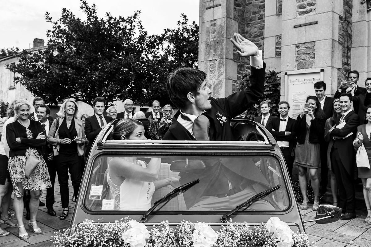 Les mariés sont dans leur voiture en sortant de l'église - Photo : Jérémy Fiori photographe de mariage à Angers