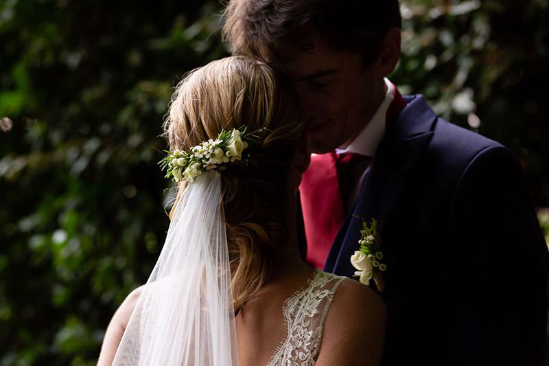Portrait de couple dans le parc du château de la Pigossière - Photo : Jérémy Fiori photographe de mariage à Angers