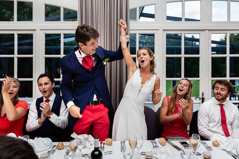 Les mariés explosent de joie au début du diner au château de la Pigossière - Photo : Jérémy Fiori photographe de mariage à Angers