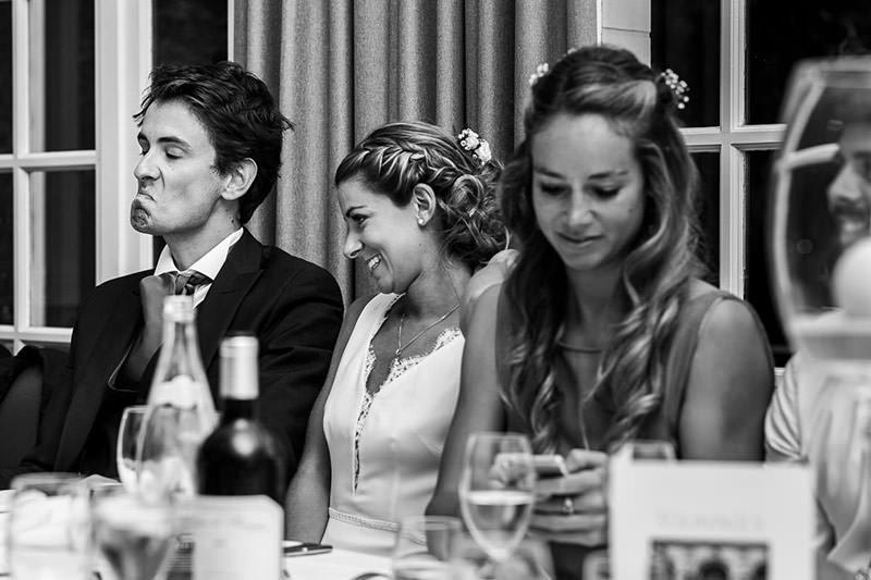 Le marié fait la mou lors du discours de ses témoins au château de la Pigossière - Photo : Jérémy Fiori photographe de mariage à Angers
