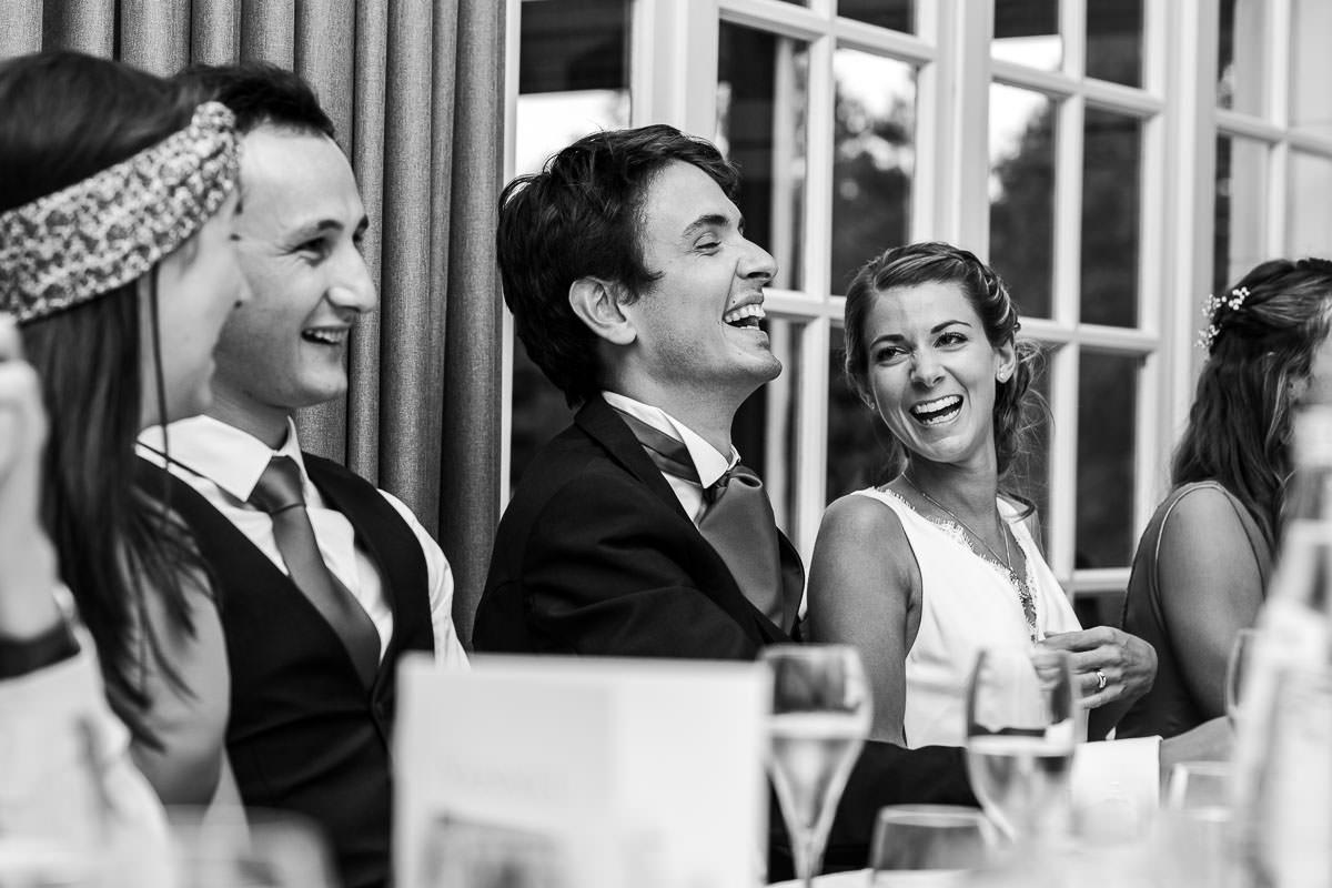 Réaction du marié lors du discours de sa famille au château de la Pigossière - Photo : Jérémy Fiori photographe de mariage à Angers