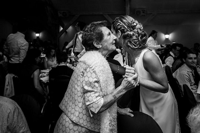 La mariée embrasse sa grand-mère après son discours - Photo : Jérémy Fiori photographe de mariage à Angers