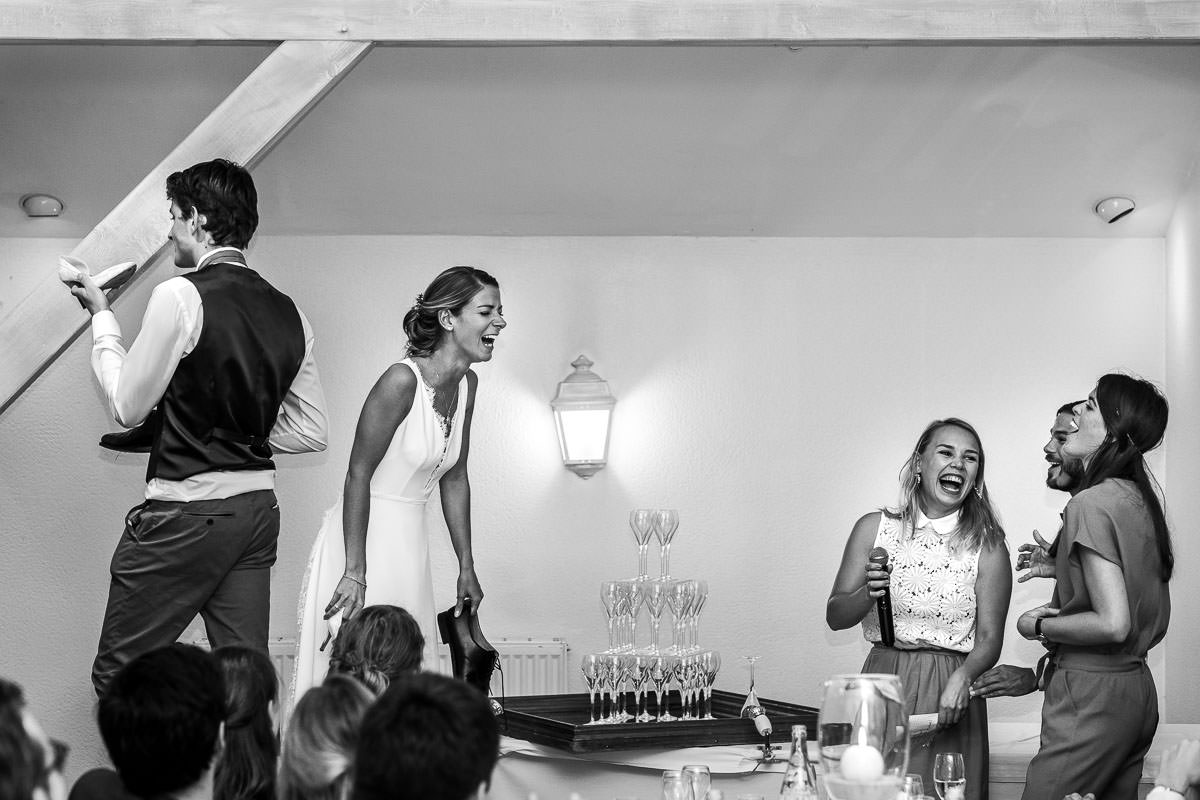 La mariée et ses témoins rient lors du jeu des points communs au château de la Pigossière - Photo : Jérémy Fiori photographe de mariage à Angers