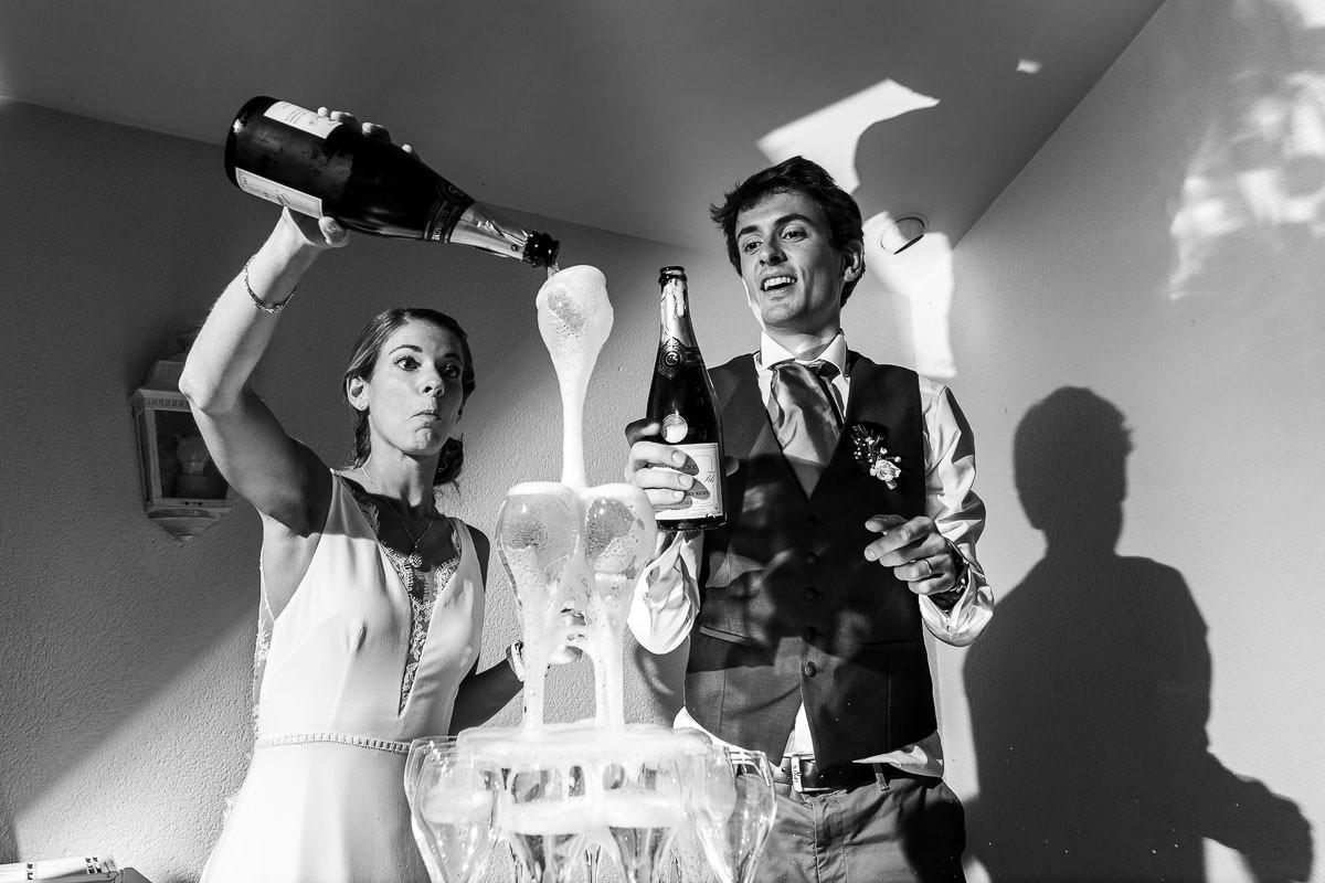 Cascade de champagne au château de la Pigossière près de Nantes - Photo : Jérémy Fiori photographe de mariage à Angers