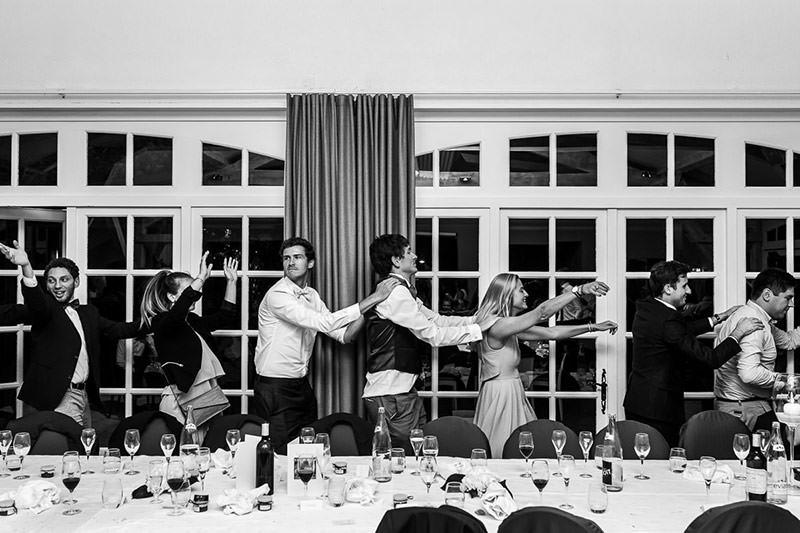 Le marié et ses invités font la queue leu leu au château de la Pigossière - Photo : Jérémy Fiori photographe de mariage à Angers