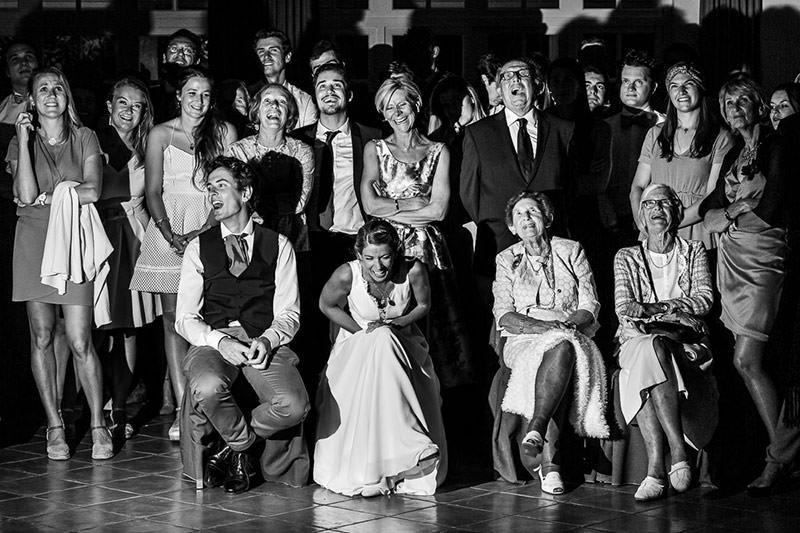 Eclat de rire des mariés et de leur famille au château de la Pigossière - Photo : Jérémy Fiori photographe de mariage à Angers