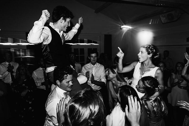 Les mariés sont portés pour leur soirée dansante au château de la Pigossière - Photo : Jérémy Fiori photographe de mariage à Angers