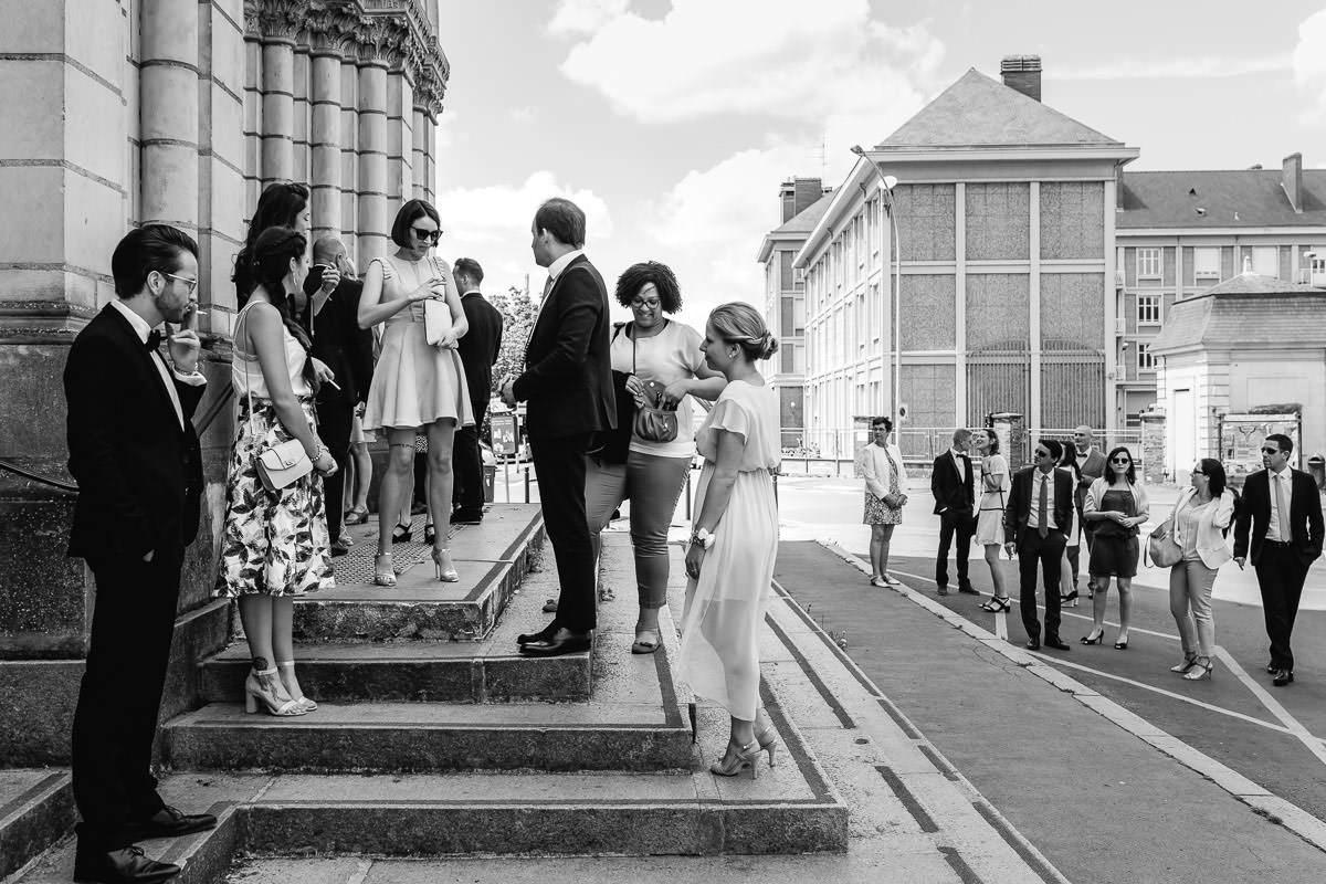 Les invités attendent la mariée devant l'église Saint Laud d'Angers - Photo : Jérémy Fiori photographe de mariage