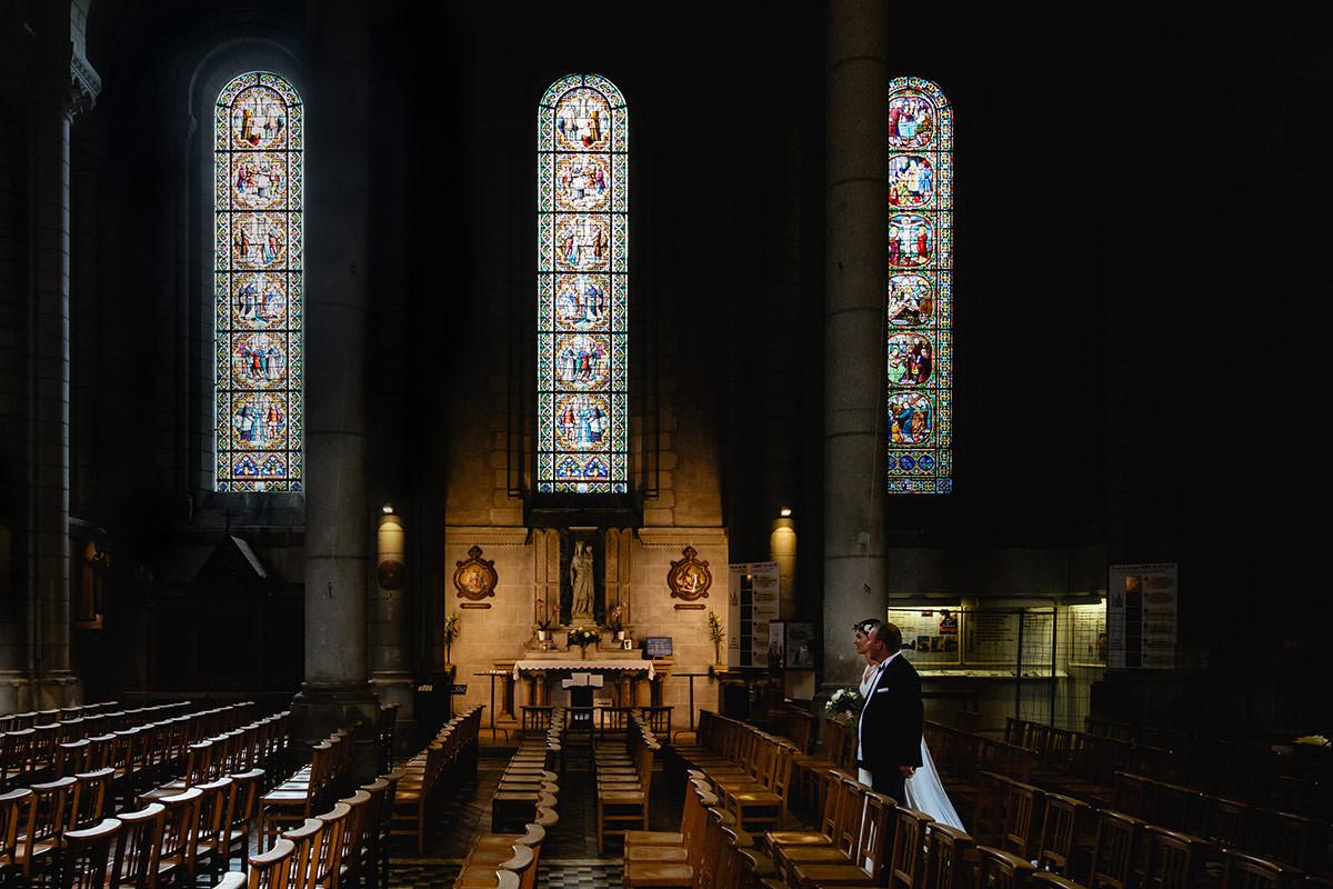 Entrée de la mariée dans l'église Saint Laud d'Angers - Photo : Jérémy Fiori photographe de mariage