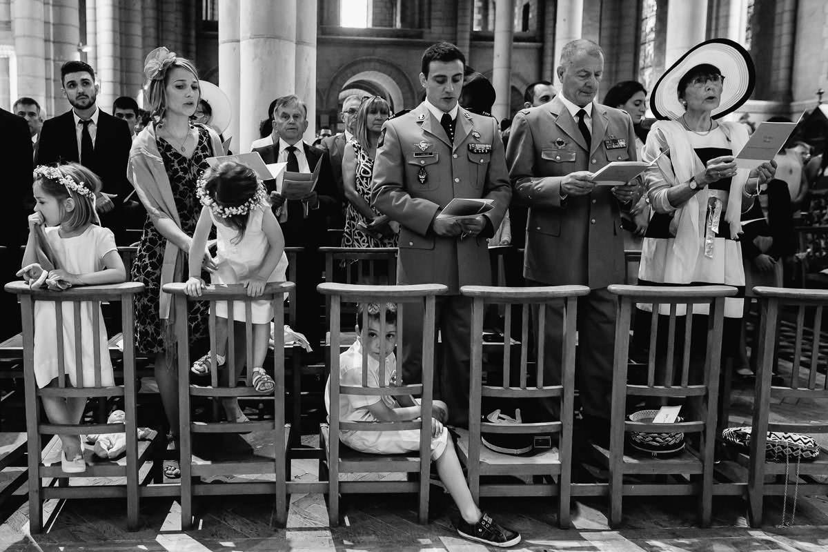 Eglise Saint Laud - des invités - Photo : Jérémy Fiori photographe de mariage