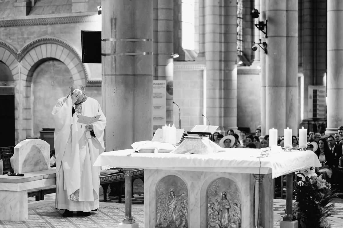 Le prêtre s'éponge le front lors de la cérémonie du mariage - Photo : Jérémy Fiori photographe de mariage