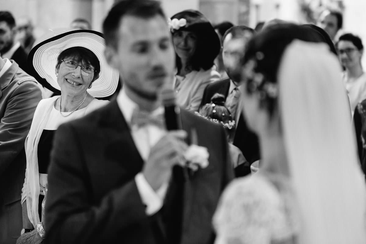 Le regard tendre de la mère du marié lors de l'échange des voeux - Photo : Jérémy Fiori photographe de mariage