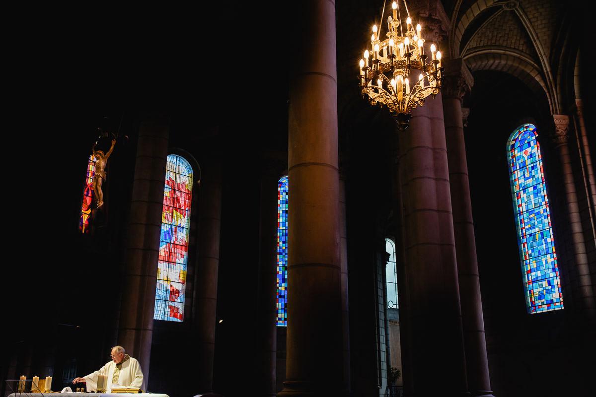 Vue de l'église Saint Laud et du prêtre lors de la procession - Photo : Jérémy Fiori photographe de mariage
