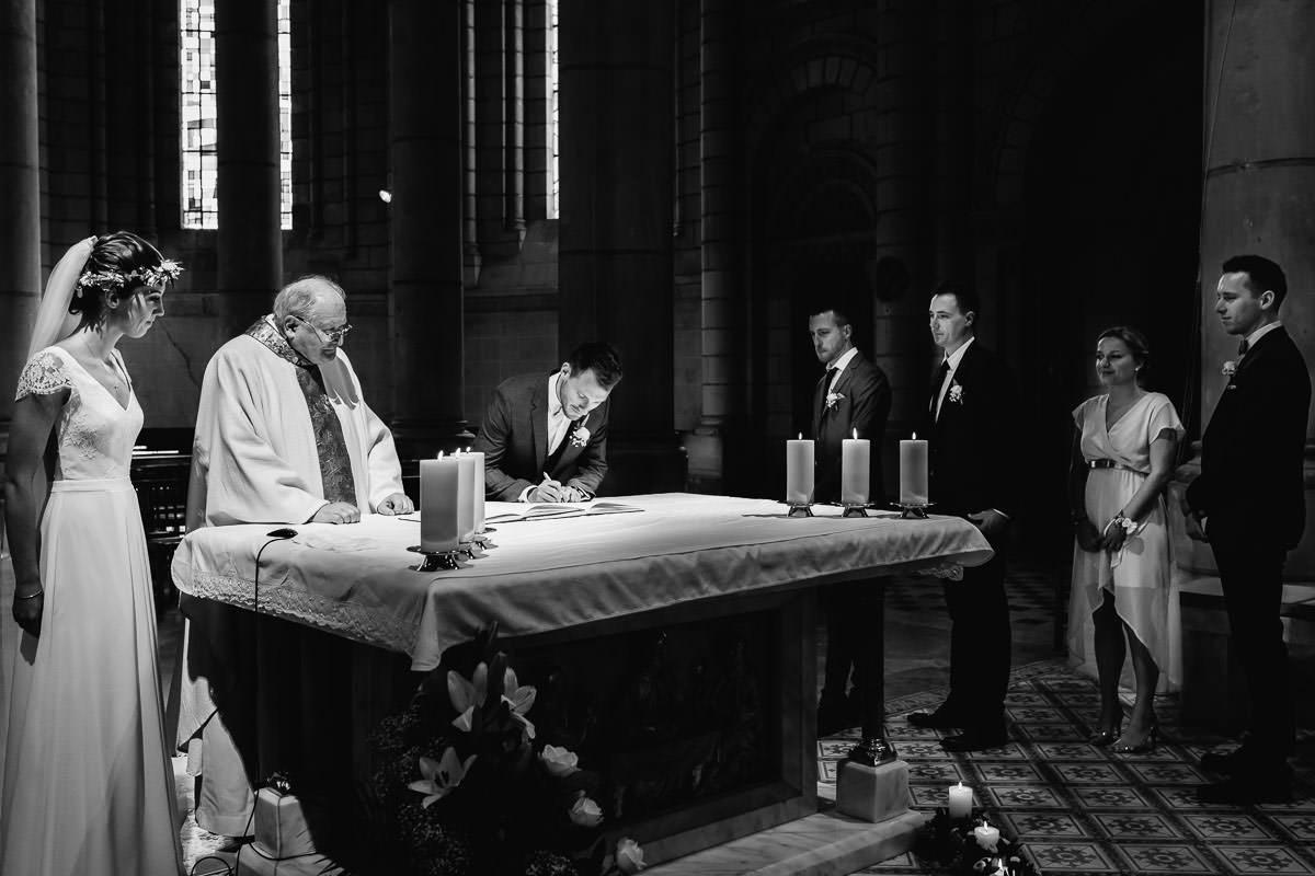 Signature des registres par les mariés - Photo : Jérémy Fiori photographe de mariage