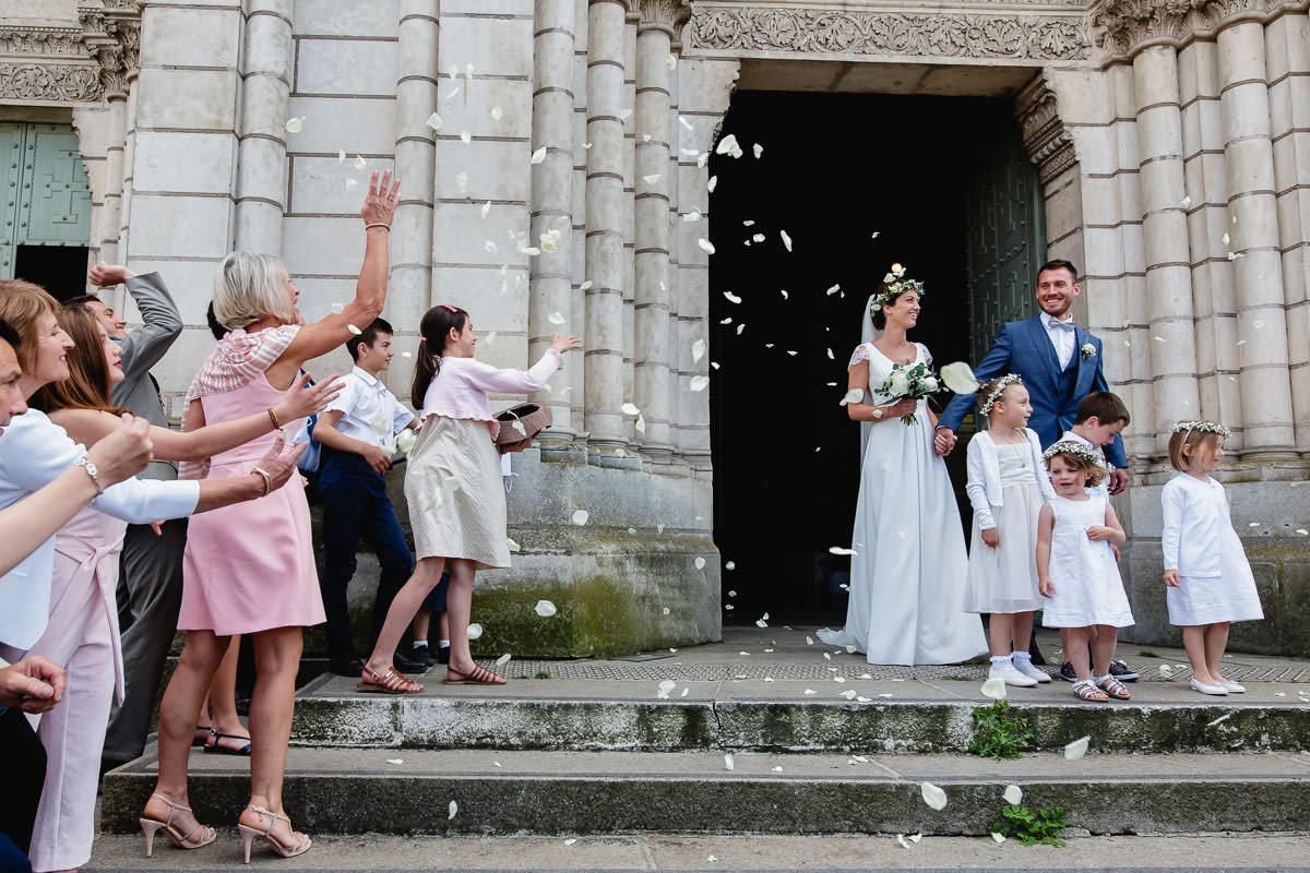 Sortie sur l'esplanade de l'église Saint Laud à Angers - Photo : Jérémy Fiori photographe de mariage
