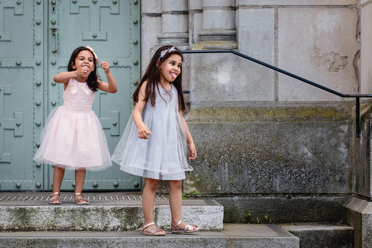 Deux petites filles font des grimaces - Photo : Jérémy Fiori photographe de mariage