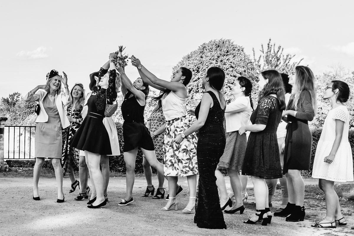Les invités attrapent le bouquet de la mariée au château de la Perrière - Photo : Jérémy Fiori photographe de mariage