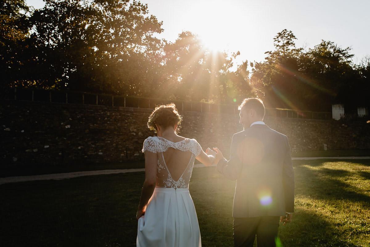 Les mariés retournent près du château de la Perrière - Photo : Jérémy Fiori photographe de mariage