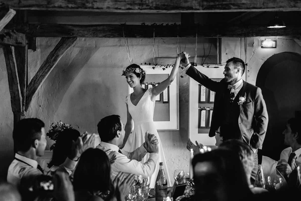 Entrée des mariés dans l'orangerie du château de la Perrière - Photo : Jérémy Fiori photographe de mariage