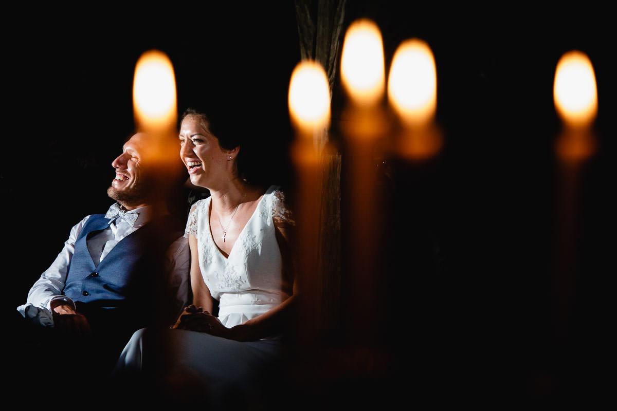 Les mariés rient en voyant le diaporama de leurs témoins - Photo : Jérémy Fiori photographe de mariage