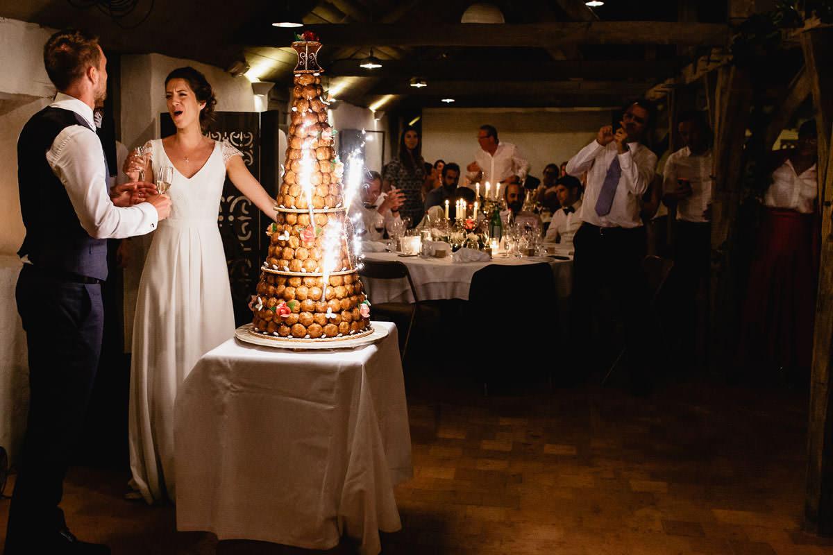 La mariée chante devant la pièce montée dans l'orangerie du château de la Perrière - Photo : Jérémy Fiori photographe de mariage