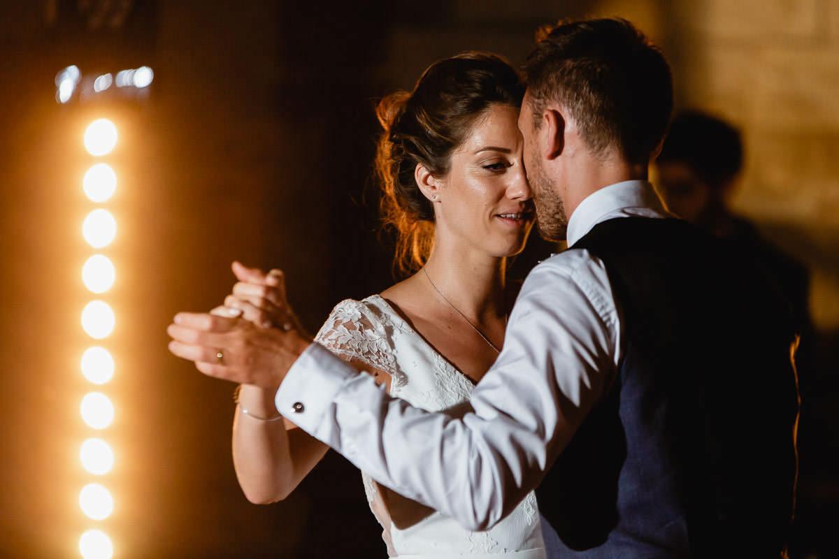 Première danse dans la salle voutée du château de la Perrière - Photo : Jérémy Fiori photographe de mariage