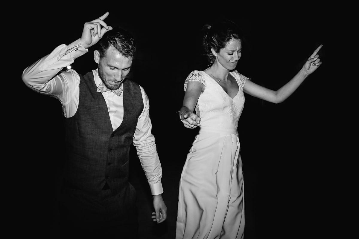 Que la soirée dansante commence pour le mariagePremière danse dans la salle voutée du château de la Perrière - Photo : Jérémy Fiori photographe de mariage