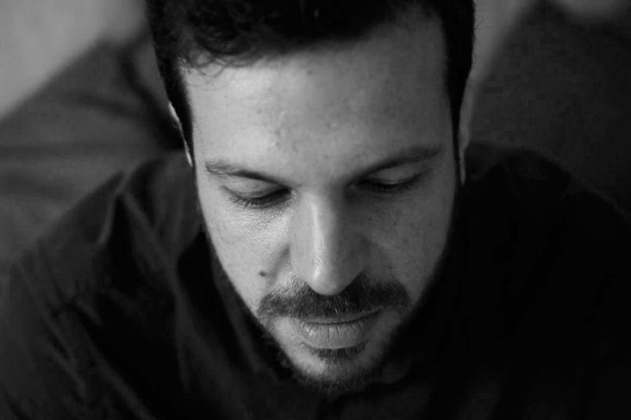 Portrait en noir et blanc de Jeremy Fiori le yeux fermés - photographe de mariage à Angers